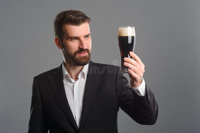 Mens die kleur van bier evalueren royalty-vrije stock foto's