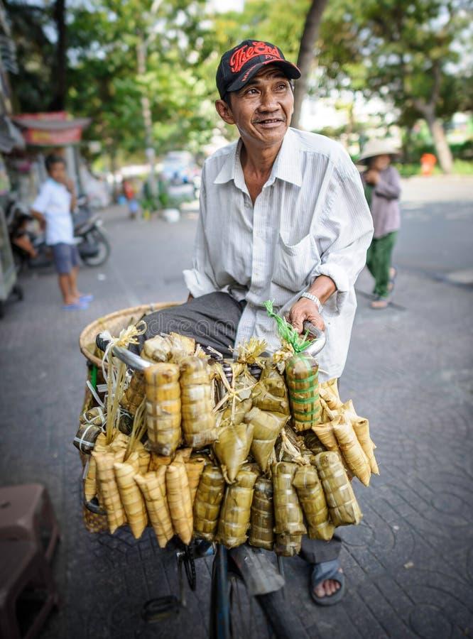 Mens die kleverige rijst van zijn fiets verkopen, Vietnam royalty-vrije stock foto