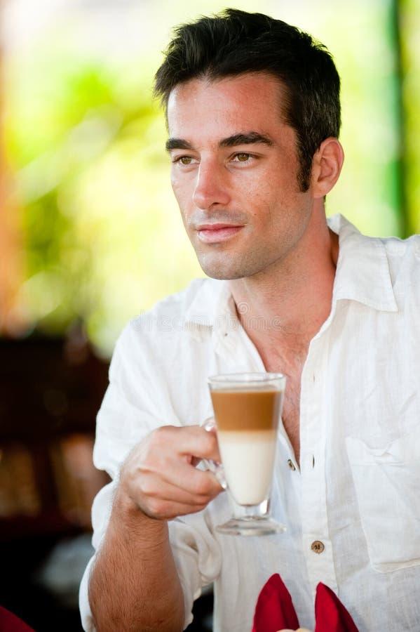 Mens die Koffie heeft stock foto