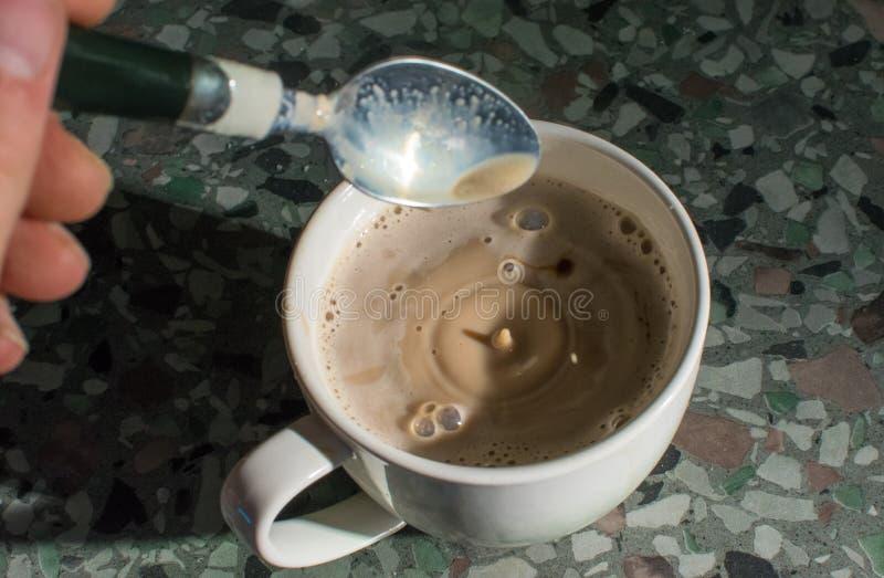 Mens die kop van koffie maken royalty-vrije stock foto