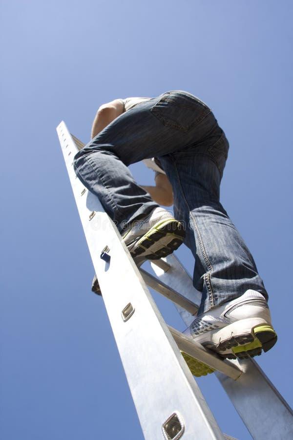 Mens die ladder beklimt royalty-vrije stock afbeelding