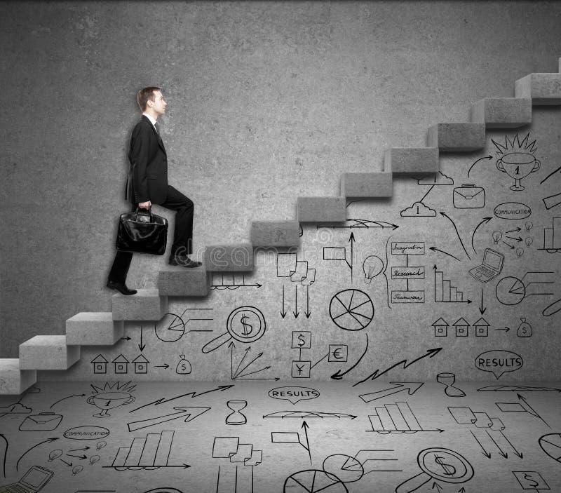 Mens die ladder met bedrijfstekeningen beklimmen vector illustratie