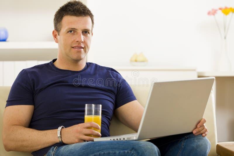 Mens die laptop computer met behulp van royalty-vrije stock fotografie