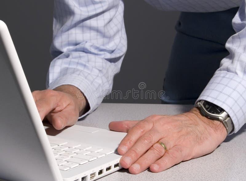 Mens die laptop met behulp van stock afbeelding