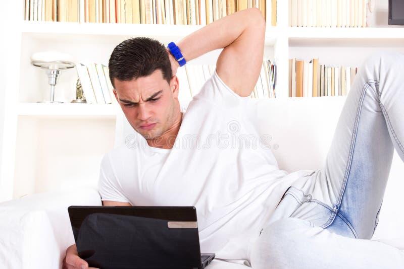 Mens die laptop met behulp van die problemen met mededeling en Internet hebben stock afbeeldingen