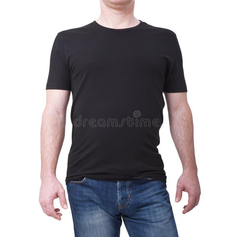 Mens die lege zwarte die t-shirt dragen op witte achtergrond met exemplaarruimte wordt geïsoleerd T-shirtontwerp en mensenconcept stock fotografie