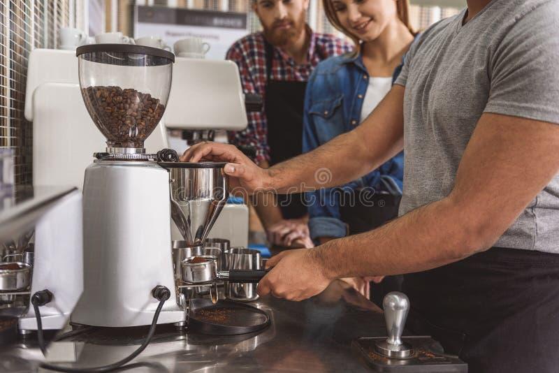 Mens die leren hoe te koffie te maken stock foto's