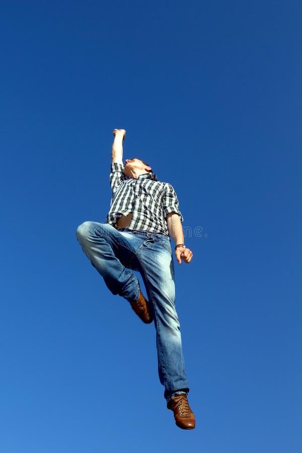 Mens die in lucht springt royalty-vrije stock fotografie