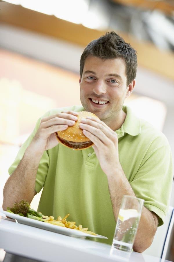 Mens die Lunch eet bij een Koffie stock afbeeldingen