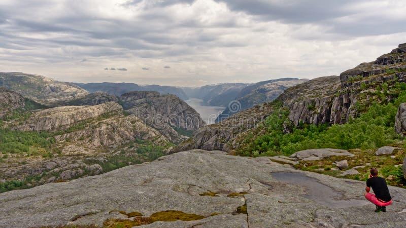 Mens die Lysefjord, Ryfylke, Noorwegen overzien stock fotografie