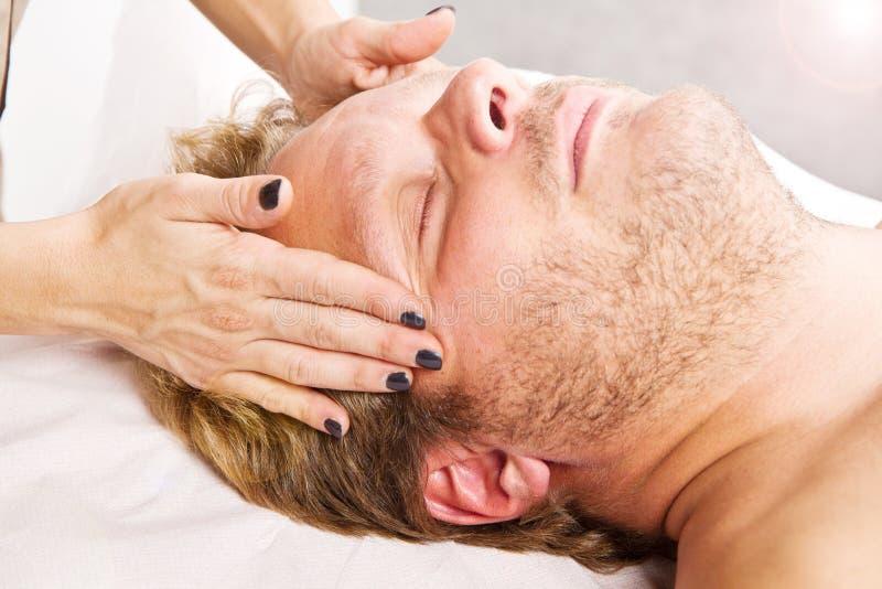 Mens die massage in het schoonheidscentrum krijgen stock fotografie
