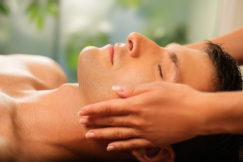 Mens die Massage in Kuuroord hebben royalty-vrije stock afbeelding