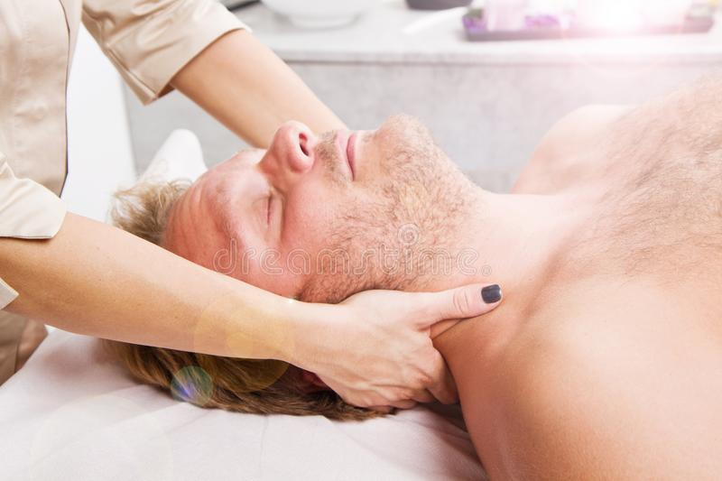 Mens die massage in thebeauty centrum krijgen royalty-vrije stock afbeeldingen