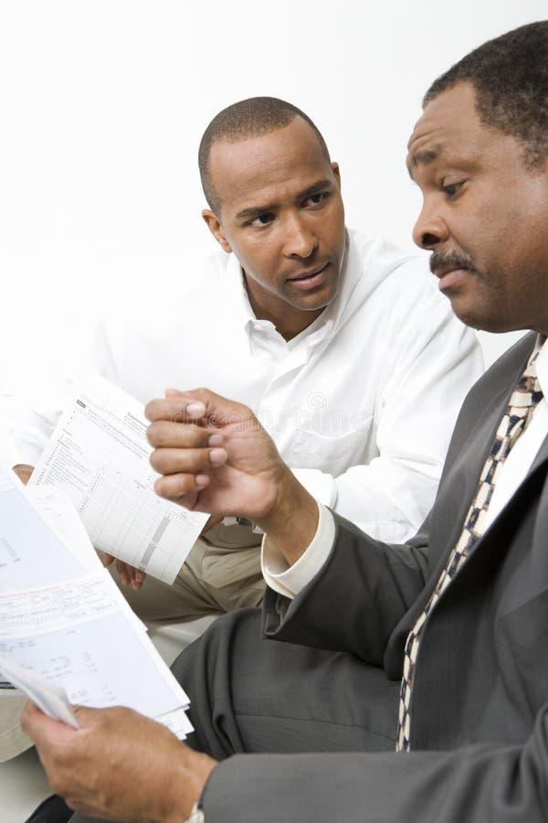 Mens die met Accountant spreekt royalty-vrije stock fotografie