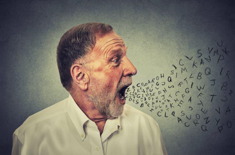 Mens die met alfabetbrieven spreken die uit zijn mond komen stock afbeelding