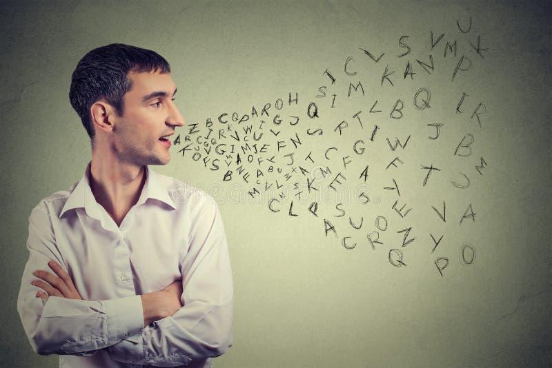 Mens die met alfabetbrieven spreken die uit zijn mond komen Mededeling, informatie, intelligentieconcept stock foto