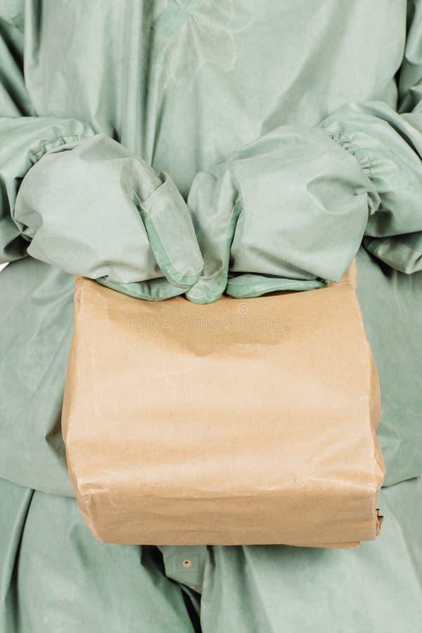 Mens die met beschermend masker en beschermende kleren document bedelaars houden royalty-vrije stock fotografie