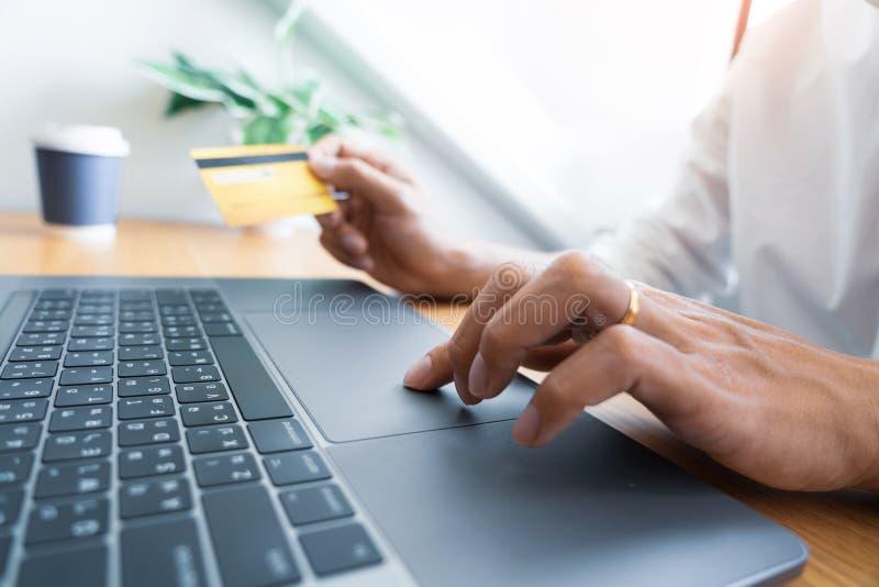 Mens die met creditcard betalen en veiligheidscode ingaan voor online het shoping verrichtend een betaling of kopend goederen op  royalty-vrije stock afbeelding