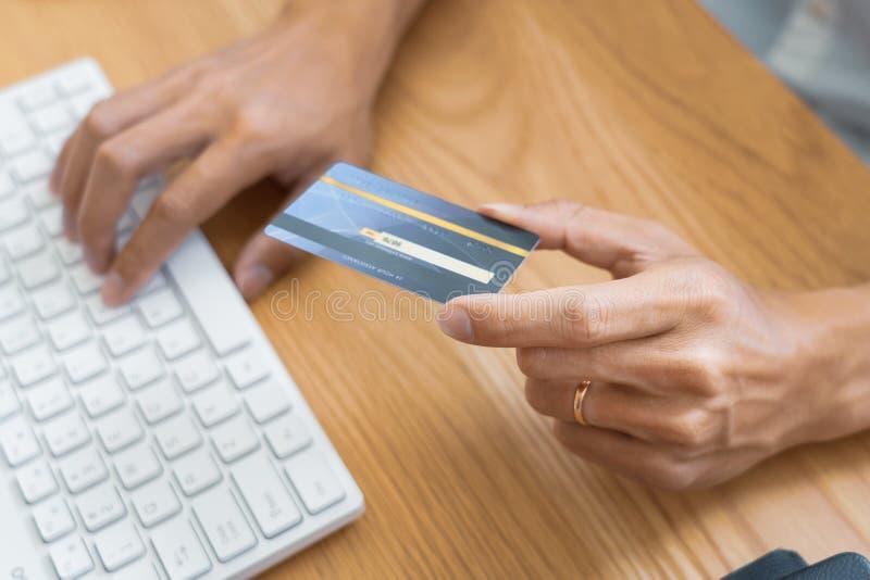 Mens die met creditcard betalen en veiligheidscode ingaan voor online het shoping verrichtend een betaling of kopend goederen op  royalty-vrije stock fotografie