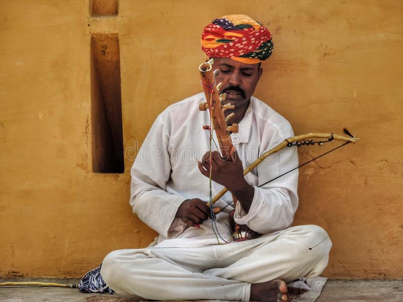 Mens die met de hand gemaakte viool spelen royalty-vrije stock fotografie