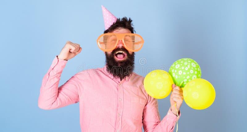 Mens die met dichtbegroeide baard pretactiviteit voor jonge geitjes organiseren Hipster met het gekke blik vieren, gelukconcept g stock foto's