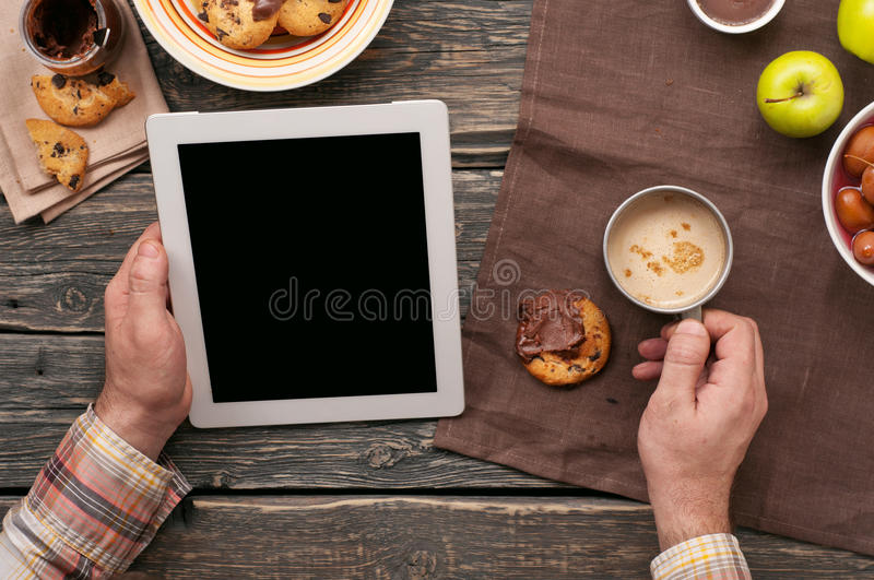 Mens die met het gebruiken van een tabletcomputer werken in de ochtend stock foto's
