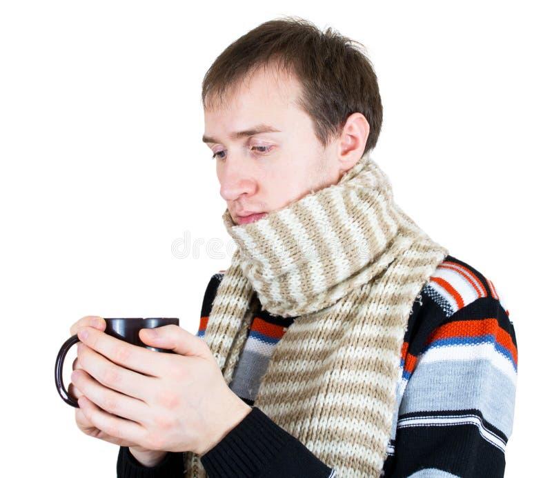 Mens die met hete thee in wintertijd opwarmt stock afbeelding