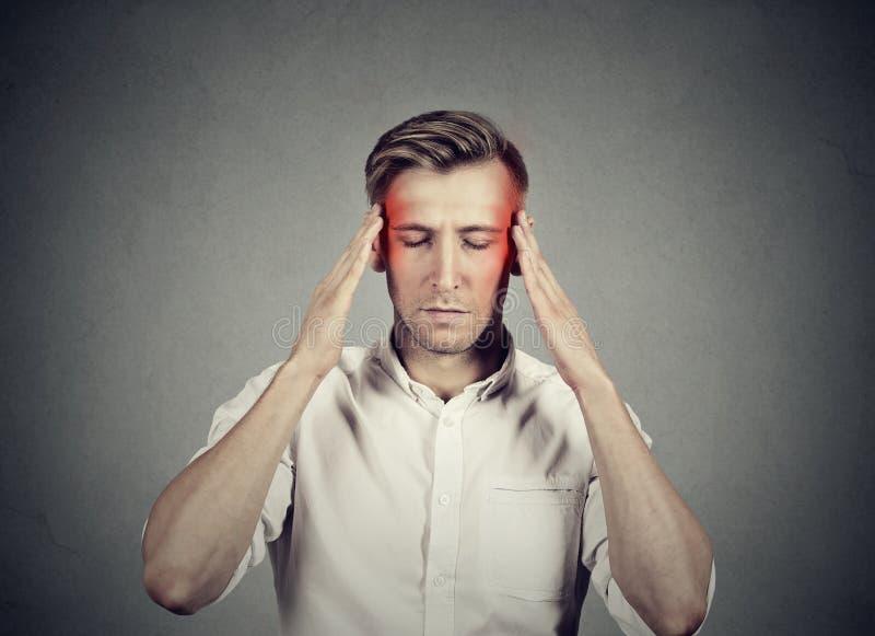 Mens die met hoofdpijn zeer intens het concentreren denken zich royalty-vrije stock afbeelding