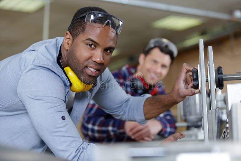 Mens die met oorbescherming in fabriek werken royalty-vrije stock afbeelding