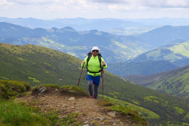 Mens die met rugzak reizen die in van het de Levensstijlsucces van de bergenreis van het het conceptenavontuur de actieve vakanti royalty-vrije stock afbeelding