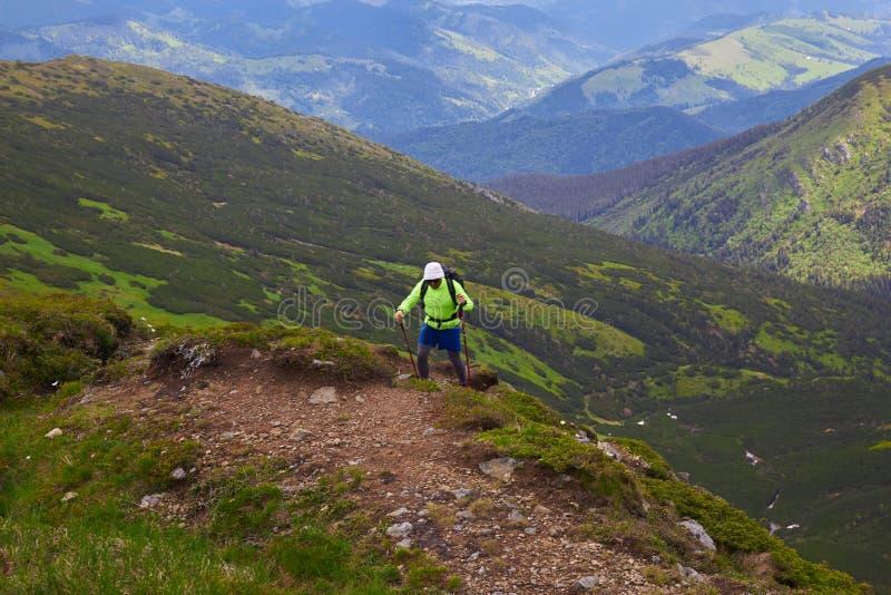 Mens die met rugzak reizen die in van het de Levensstijlsucces van de bergenreis van het het conceptenavontuur de actieve vakanti royalty-vrije stock foto's