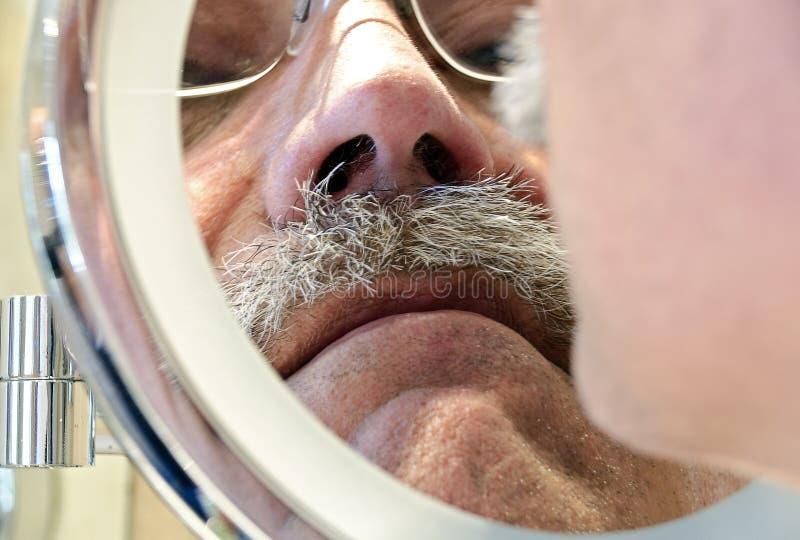 Mens die met snor een het scheren spiegel onderzoeken royalty-vrije stock afbeeldingen