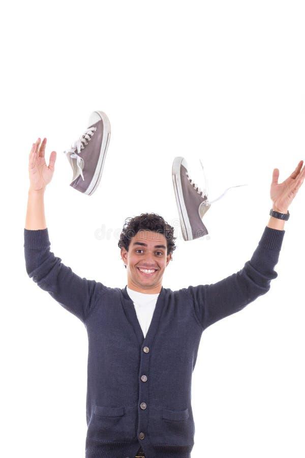 Mens die met tennisschoenen hen weg werpen royalty-vrije stock afbeelding