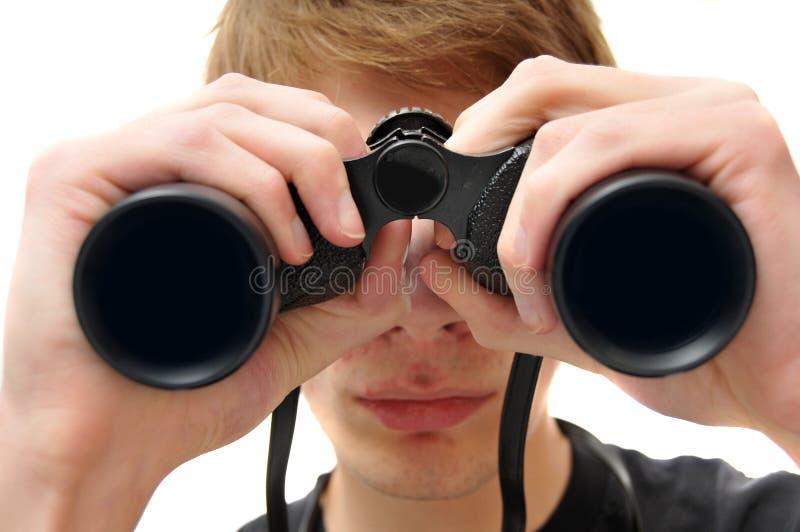 Mens die met verrekijkers zoekt royalty-vrije stock afbeelding