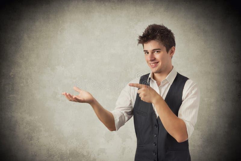 Mens die met zijn vinger richt stock fotografie