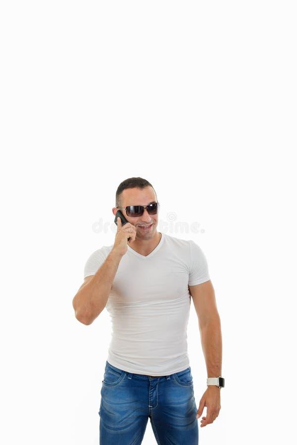Mens die met Zonnebril Slimme Telefoon beantwoorden stock fotografie