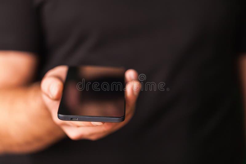 Mens die Mobiele Telefoon met behulp van royalty-vrije stock foto's