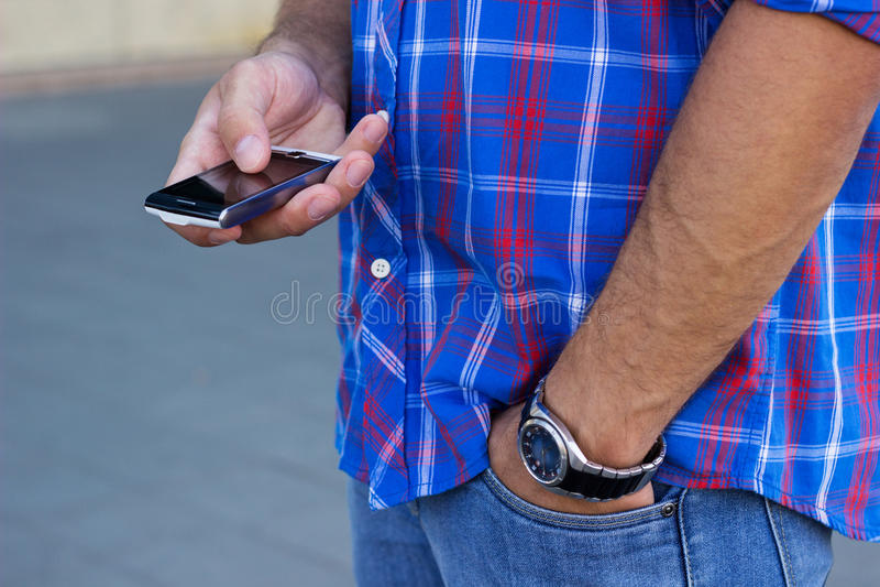 Mens die mobiele telefoon met behulp van royalty-vrije stock afbeeldingen