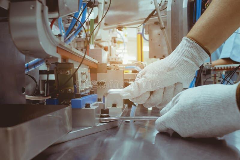 Download Mens Die Moersleutel Voor Reparatie Automachine Met Behulp Van Stock Foto - Afbeelding bestaande uit apparatuur, metaal: 107708010