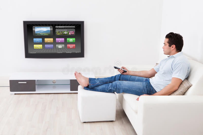Mens die montages op televisie toepassen royalty-vrije stock foto's