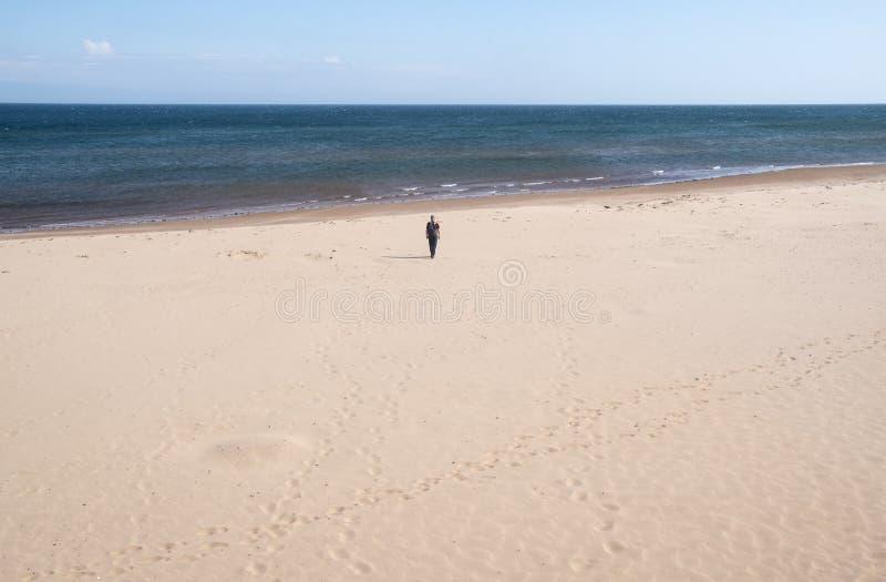 Mens die naar de Oceaan op Verlaten Brackley-Strand in PEI lopen royalty-vrije stock fotografie