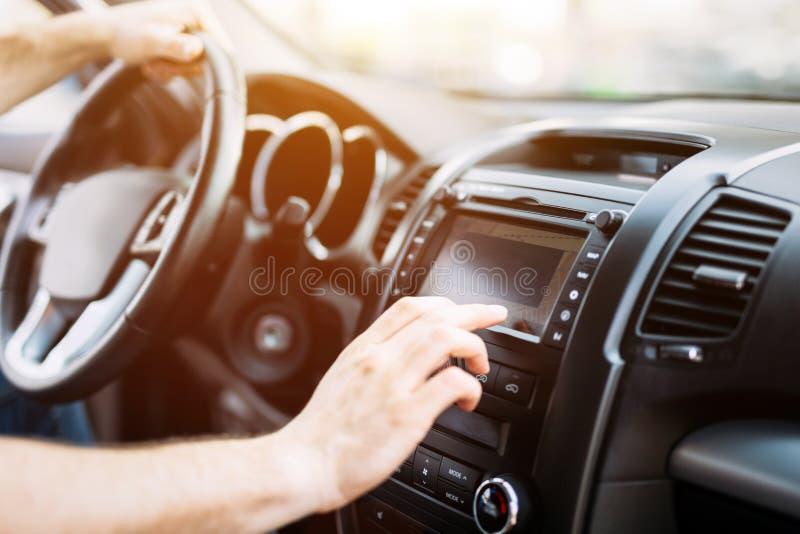Mens die navigatiesysteem met behulp van terwijl het drijven van auto stock afbeelding