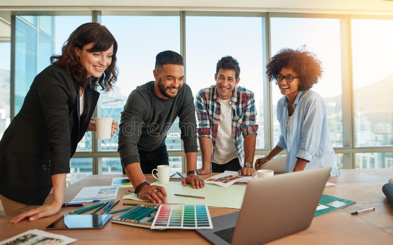 Mens die nieuw ontwerpen en kleurenschema bespreken met collega's royalty-vrije stock foto's
