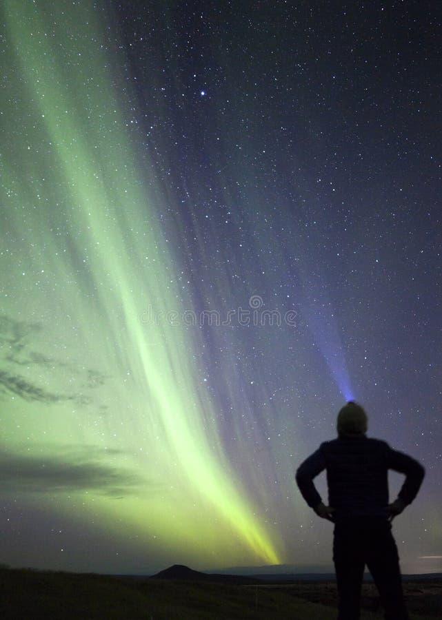 Mens die Noordelijke Lichten Aurora Borealis bekijken royalty-vrije stock afbeeldingen