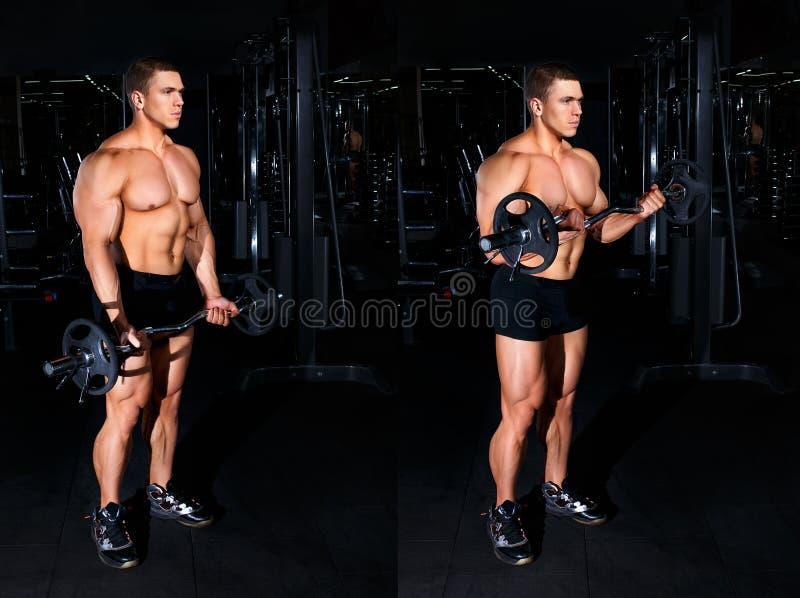 Mens die oefening voor bicepsenleerprogramma doen stock foto