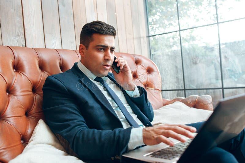 Mens die onderhandelingen over het Web voeren royalty-vrije stock foto