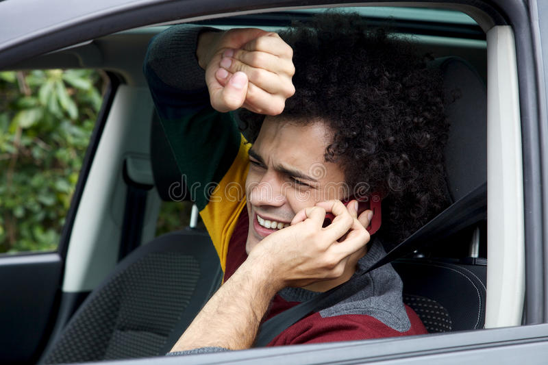 Mens die in ongeval met auto krijgen die op de telefoon spreken royalty-vrije stock foto