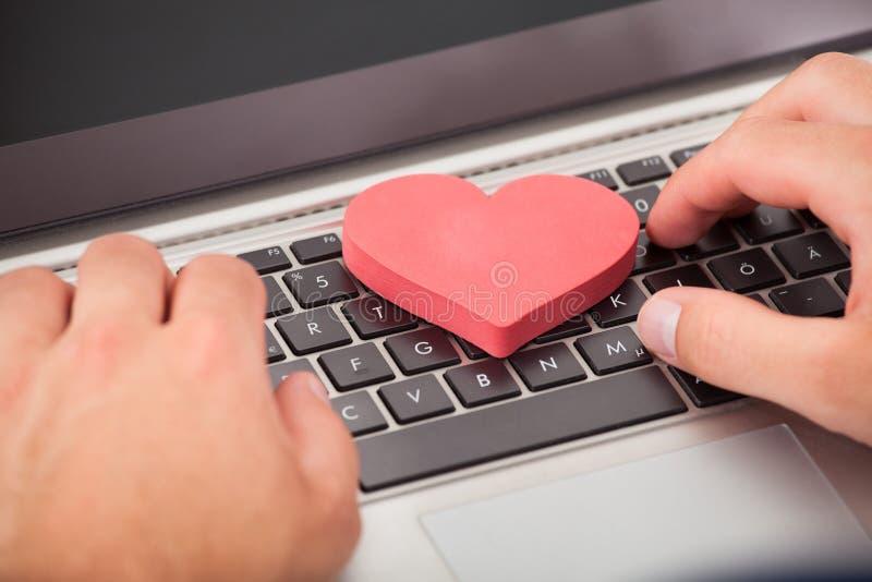 Mens die online op laptop dateren royalty-vrije stock foto's