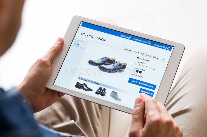 Mens die online winkelt royalty-vrije stock foto's