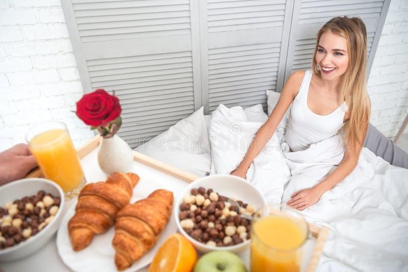 Mens die ontbijt voor zijn meisje voorbereiden royalty-vrije stock afbeelding